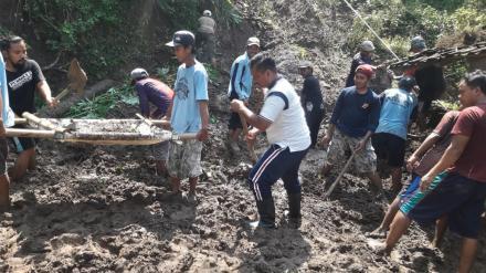Longsor Menimpa Rumah Suryanto, FPRB Desa Wonolelo Bergerak Cepat Membersihkan Lokasi