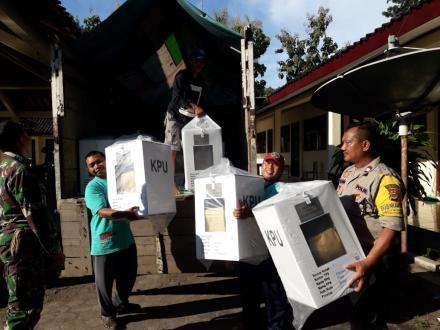 Dikawal Polisi, KPU Bantul Distribusikan Logistik Pemilu di Desa Wonolelo